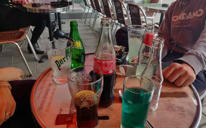boissons sans alcool sur une terrasse de café parisienne