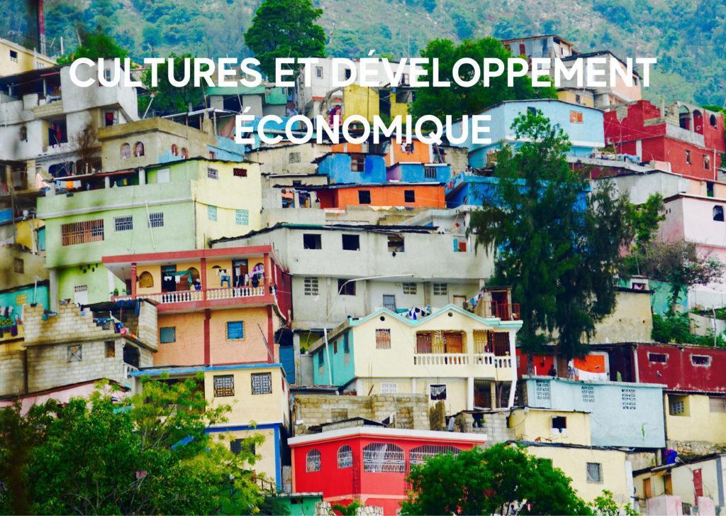Ville haïtienne où les maisons s'entremêlent sans anticipation et où les couleurs criantes rattrapent la tristesse de la pauvreté. Façon d'illustrer le thème Cultures et développement économique.
